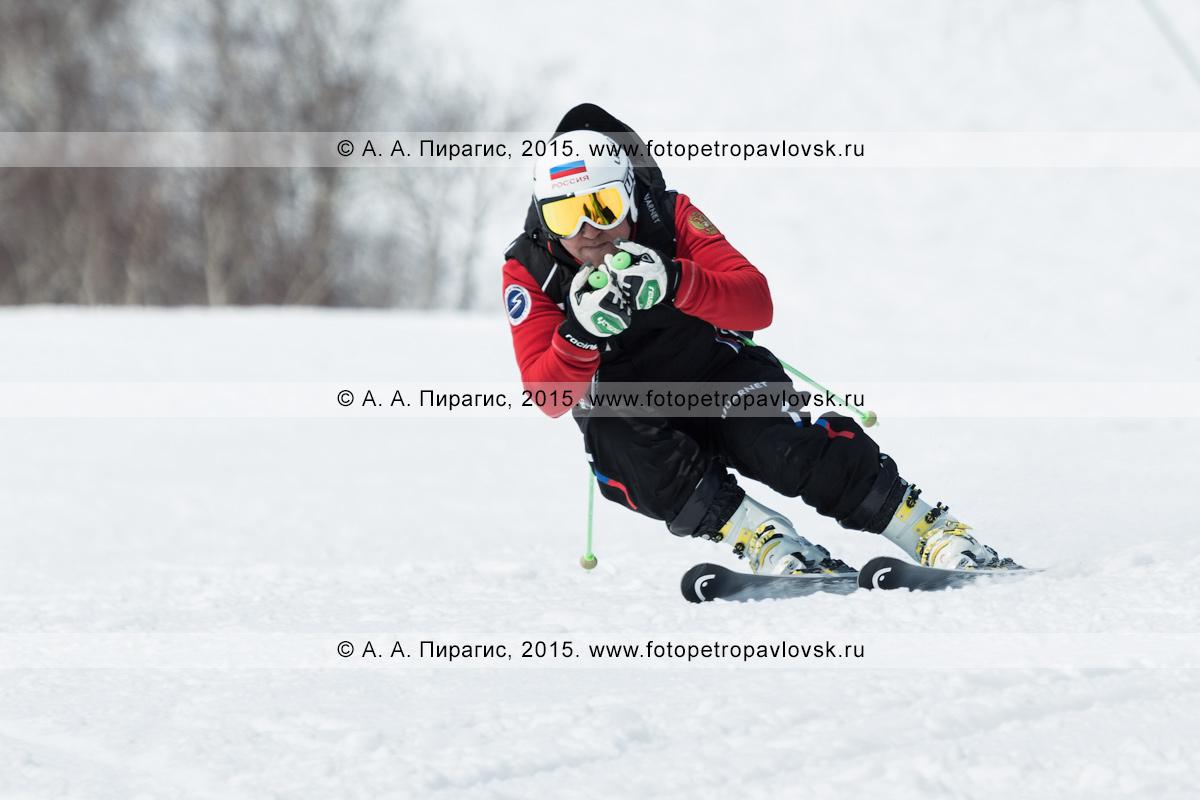 """Фотография: горнолыжный спорт на полуострове Камчатка — мужчина мчится на горных лыжах на горе Морозной. Камчатский край, Елизовский район, город Елизово, горнолыжная база """"Морозная"""""""