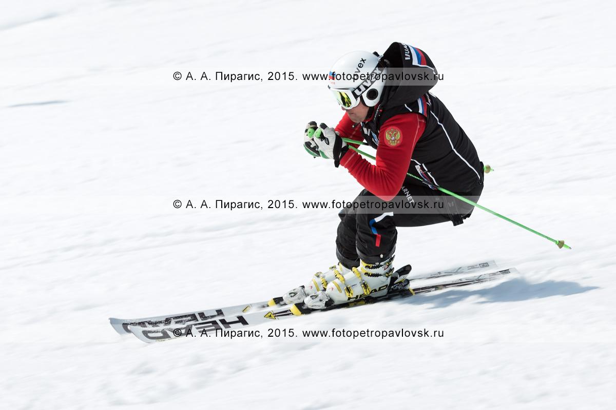"""Фотография: горнолыжный спорт в Камчатском крае — горнолыжник спускается на горных лыжах на горе Морозной. Камчатка, Елизовский район, город Елизово, горнолыжная база """"Морозная"""""""