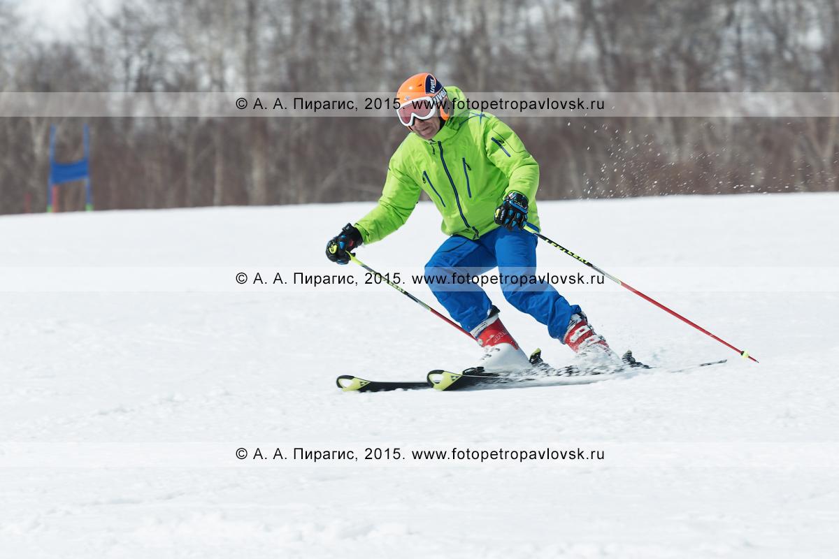 """Фотография: горнолыжный спорт на Камчатке — горнолыжник-мужчина мчится на горных лыжах на горе Морозной. Камчатский край, Елизовский муниципальный район, город Елизово, горнолыжная база """"Морозная"""""""