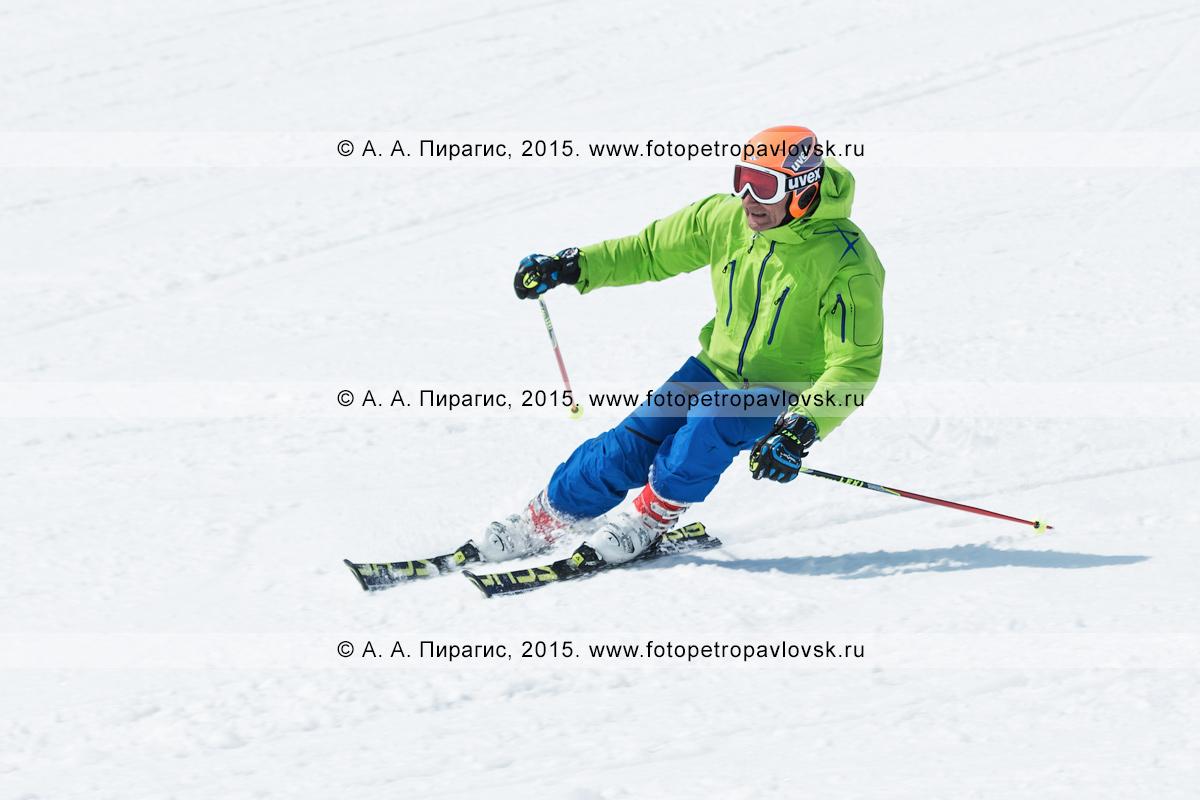 """Фотография: горнолыжный спорт на полуострове Камчатка — мужчина едет на горных лыжах на горе Морозной. Камчатский край, Елизовский район, город Елизово, горнолыжная база """"Морозная"""""""