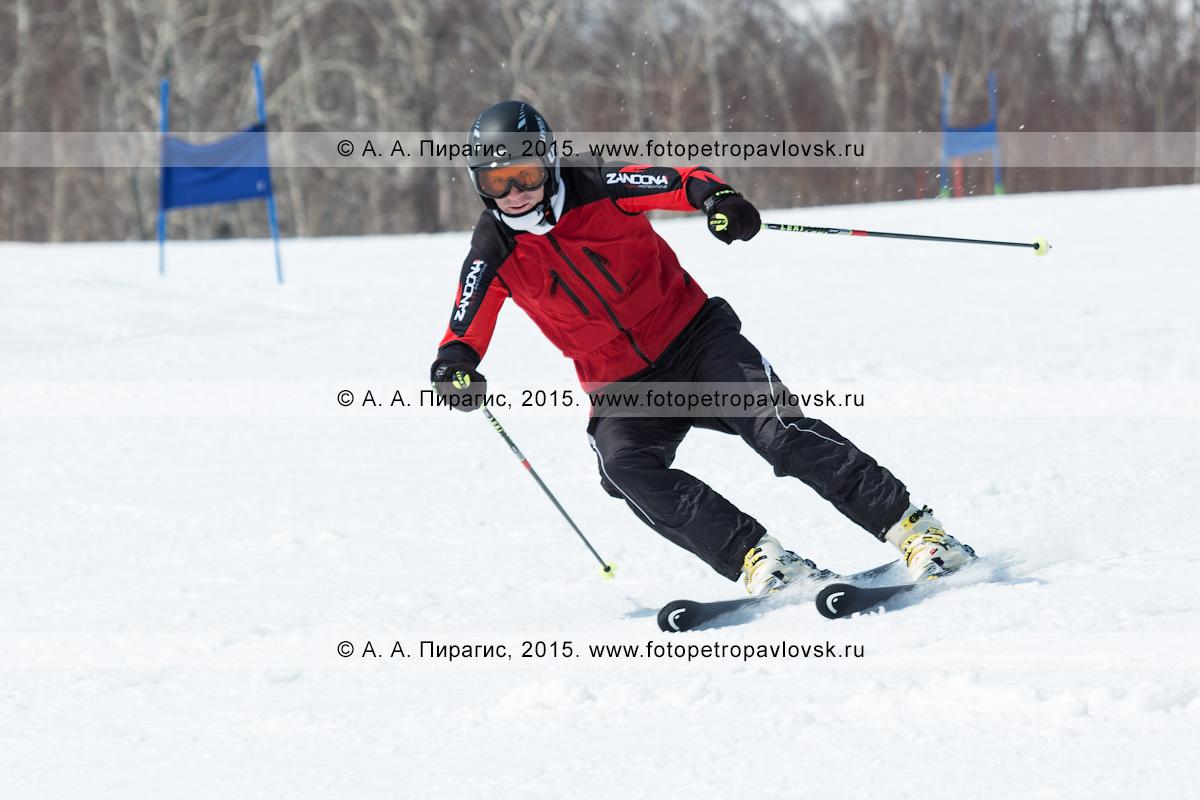 """Фотография: горнолыжник мчится по трассе на горе Морозной. Горнолыжный спорт на полуострове Камчатка. Елизовский район, город Елизово, горнолыжная база """"Морозная"""""""