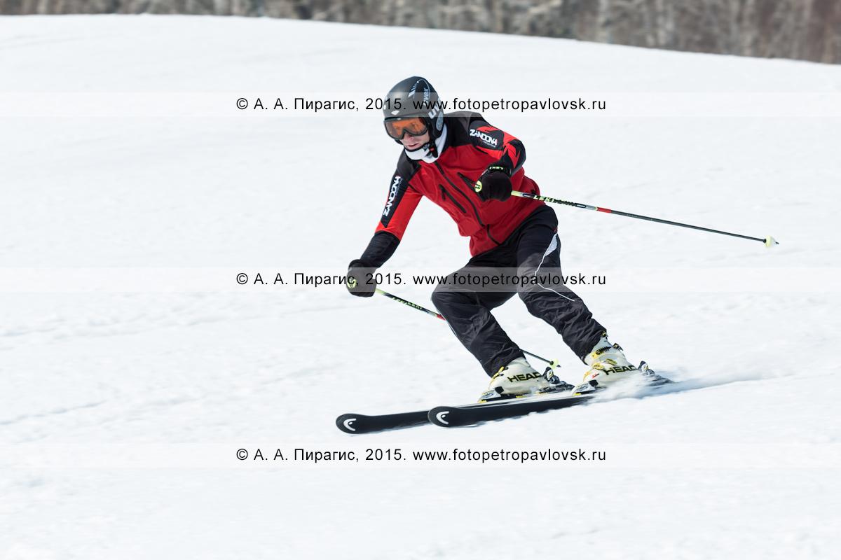 """Фотография: горнолыжник едет по склону горы Морозной. Горнолыжный спорт на Камчатке. Елизовский район, город Елизово, горнолыжная база """"Морозная"""""""