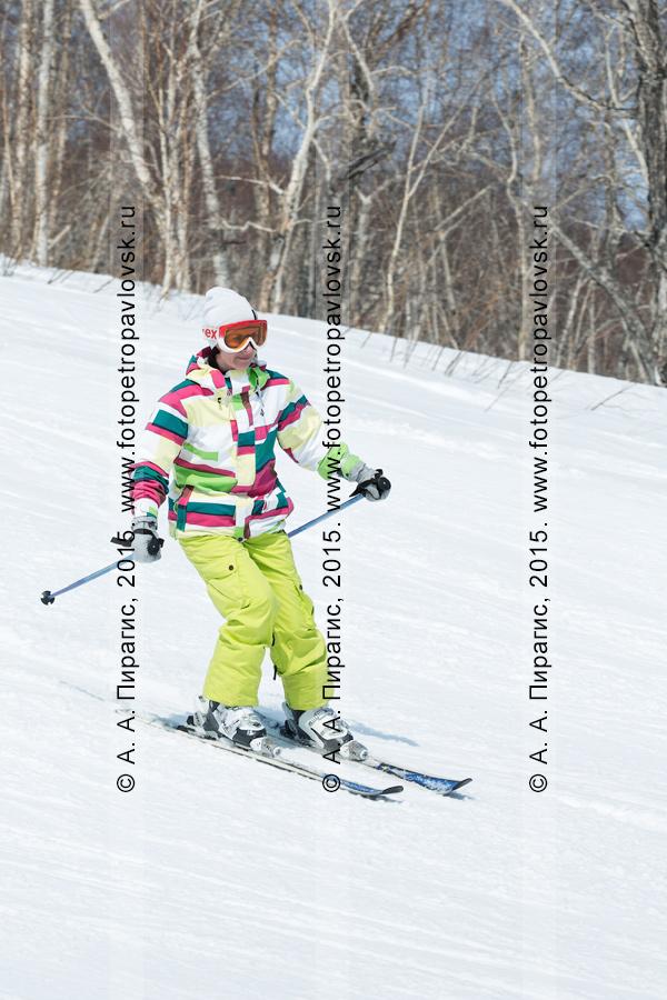 """Фотография: девушка-горнолыжница в яркой экипировке едет по склону горы Морозной. Горнолыжный спорт на Камчатке. Елизовский район, город Елизово, горнолыжная база """"Морозная"""""""