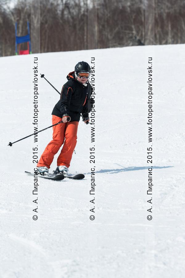 """Фотография: девушка-горнолыжница спускается по склону горы Морозной. Горнолыжный спорт в Камчатском крае. Елизовский район, город Елизово, горнолыжная база """"Морозная"""""""