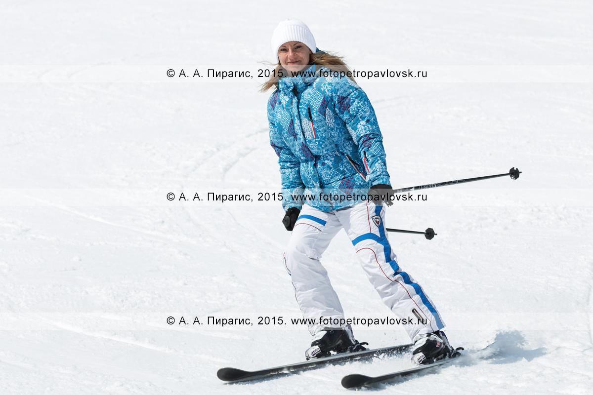"""Фотография: улыбающаяся девушка едет на горных лыжах на горе Морозной. Горнолыжный спорт на Камчатке. Елизовский район, город Елизово, горнолыжная база """"Морозная"""""""