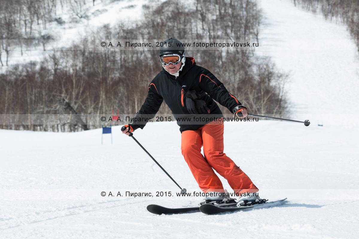 """Фотография: горнолыжница едет по склону горы Морозной. Горнолыжный спорт на Камчатке. Елизовский район, город Елизово, горнолыжная база """"Морозная"""""""