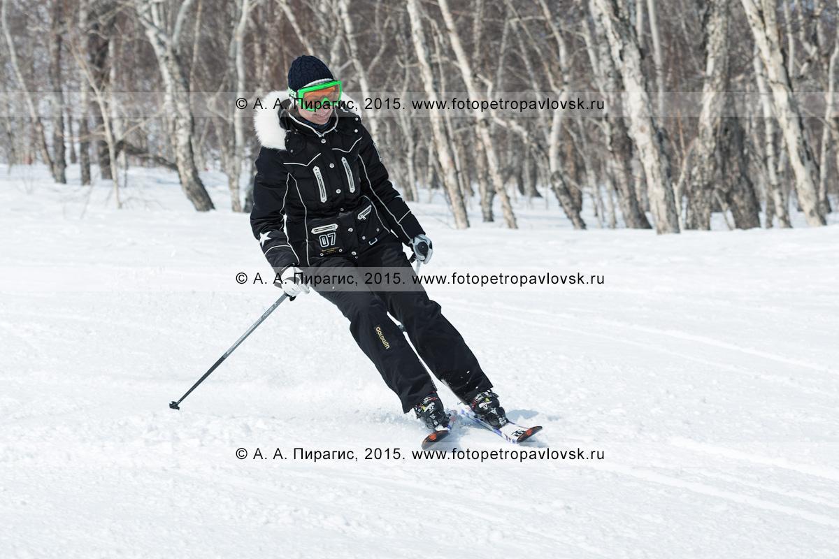 """Фотография: радостная девушка едет на горных лыжах по трассе на горе Морозной. Горнолыжный спорт в Камчатском крае. Елизовский район, город Елизово, горнолыжная база """"Морозная"""""""