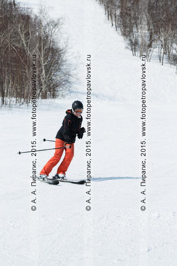 """Фотография: радостная горнолыжница спускается на горных лыжах по склону горы Морозной. Горнолыжный спорт на Камчатке. Елизовский район, город Елизово, горнолыжная база """"Морозная"""""""
