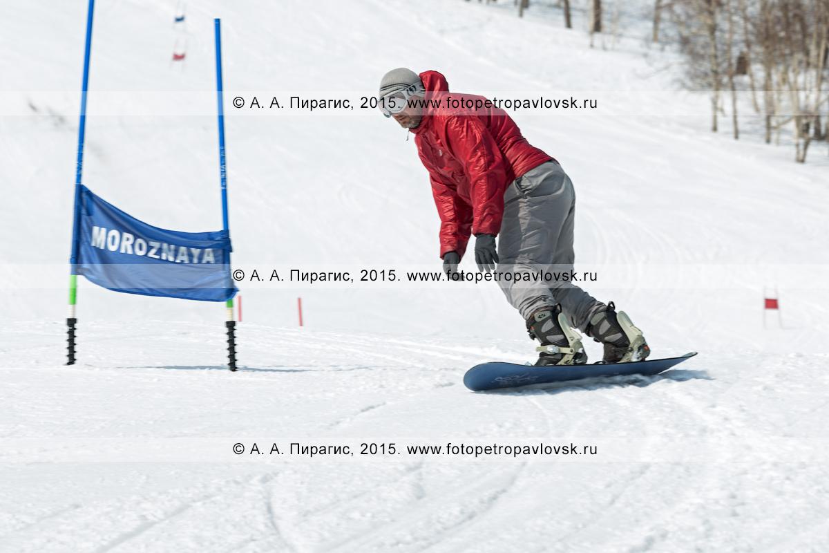 """Фотография: сноубординг на Камчатке — сноубордист едет по склону горы Морозной. Камчатка, Елизовский район, город Елизово, горнолыжная база """"Морозная"""""""