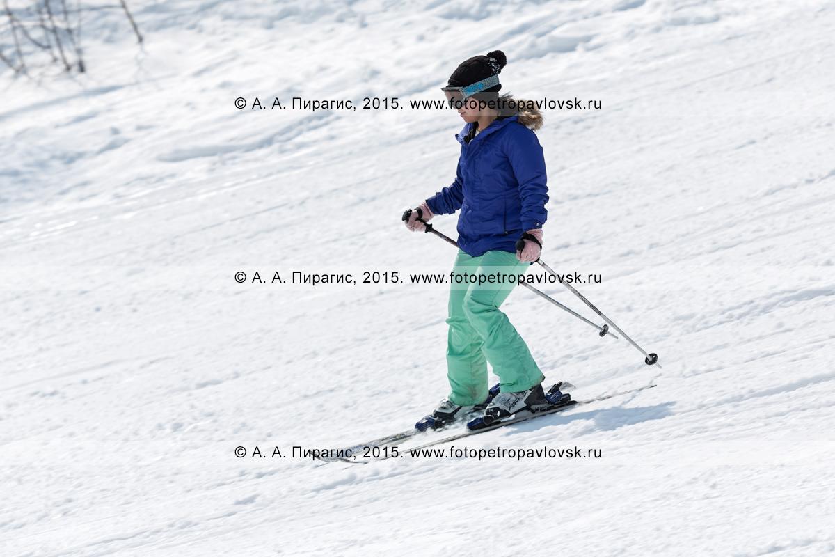 """Фотография: девушка катается на горных лыжах на горе Морозной. Горнолыжный спорт на Камчатке. Елизовский район, город Елизово, горнолыжная база """"Морозная"""""""