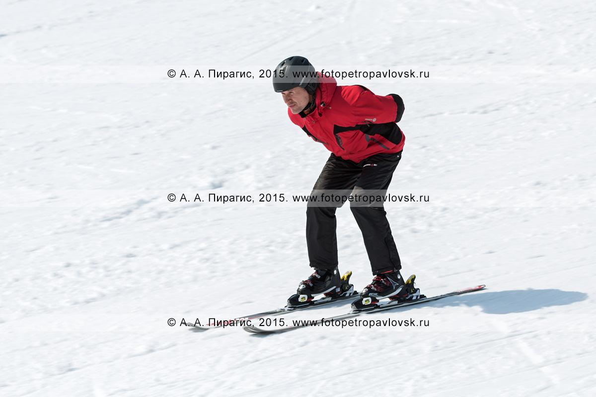 """Фотография: горнолыжник спускается по склону горы Морозной на лыжах без палок. Горнолыжный спорт на Камчатке. Елизовский район, город Елизово, горнолыжная база """"Морозная"""""""