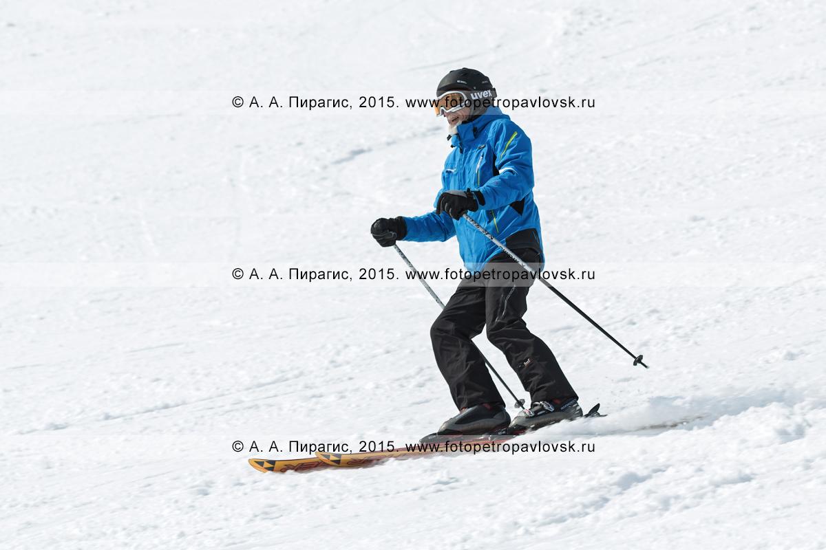 """Фотография: мужчина горнолыжник спускается на лыжах по склону горы Морозной. Горнолыжный спорт на Камчатке. Елизовский район, город Елизово, горнолыжная база """"Морозная"""""""