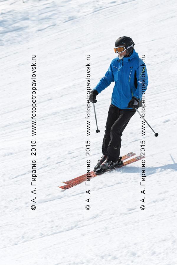 """Фотография: горнолыжный спорт на Камчатке — мужчина-горнолыжник спускается на лыжах по склону горы Морозной. Камчатский край, Елизовский район, город Елизово, горнолыжная база """"Морозная"""""""