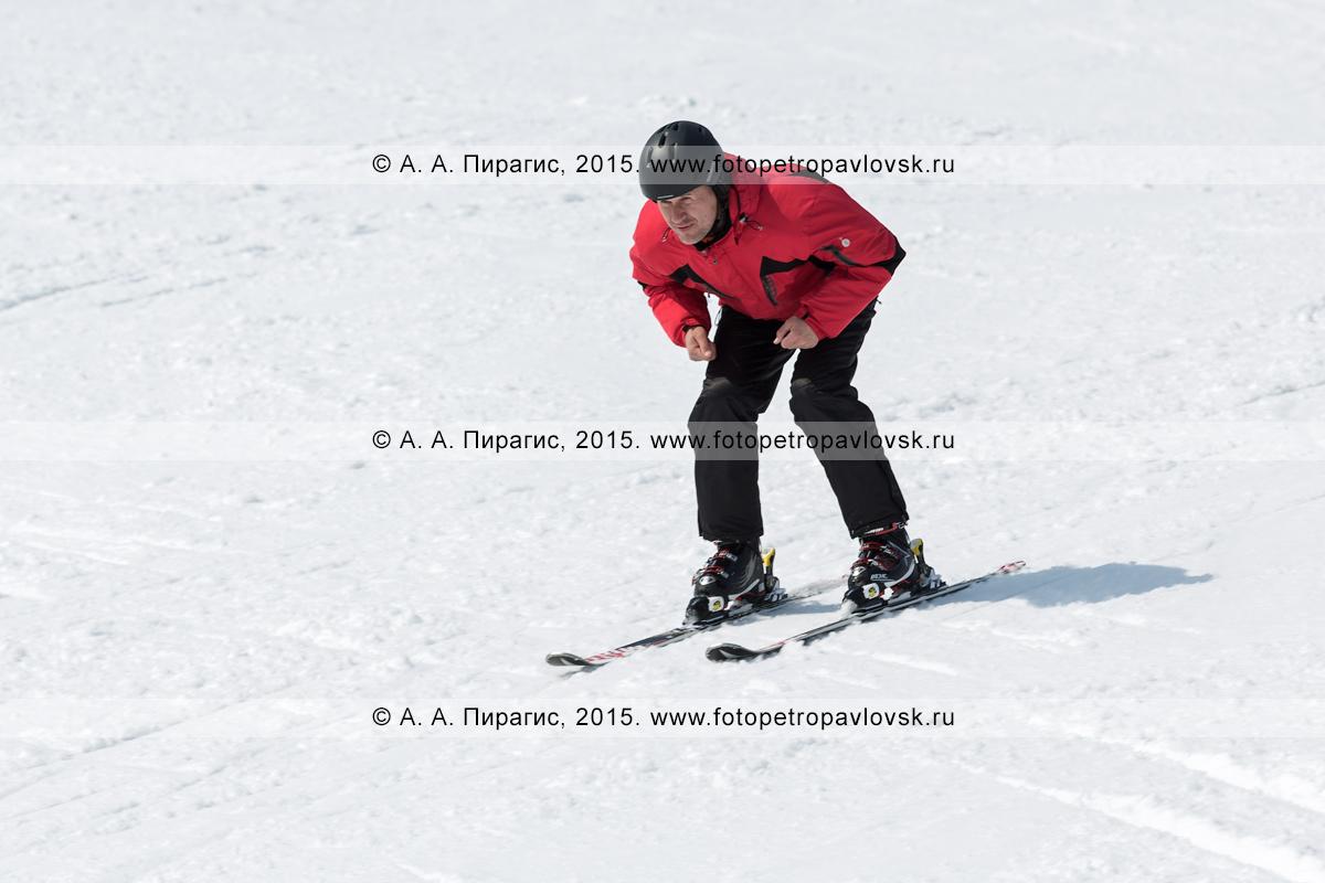 """Фотография: горнолыжная база """"Морозная"""", горнолыжник едет на лыжах без палок по склону горы Морозной. Камчатский край, Елизовский район, город Елизово"""