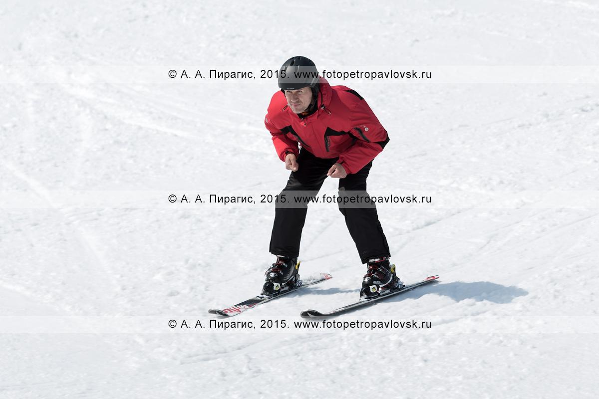 """Фотография: горнолыжная база """"Морозная"""" на Камчатке, горнолыжник едет на лыжах без палок по склону горы Морозной. Город Елизово, Елизовский район Камчатского края"""