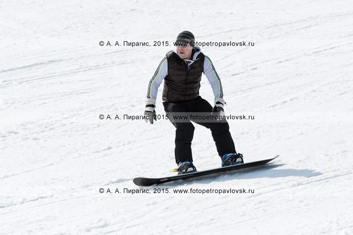 """Фотография: сноубординг в Камчатском крае — сноубордист едет по склону горы Морозной. Камчатка, Елизовский район, город Елизово, горнолыжная база """"Морозная"""""""