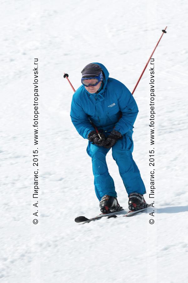 """Фотография: горнолыжная база """"Морозная"""", горнолыжник спускается на лыжах по склону горы Морозной. Город Елизово, Елизовский район, Камчатский край"""