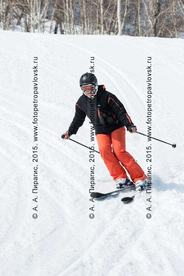"""Фотография: горнолыжная база """"Морозная"""", горнолыжница спускается на лыжах по склону горы Морозной. Город Елизово, Елизовский район, полуостров Камчатка"""
