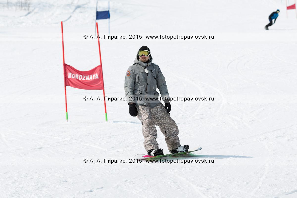 """Фотография: сноубординг на Камчатке — сноубордист спускается по склону горы Морозной. Камчатский край, Елизовский район, город Елизово, горнолыжная база """"Морозная"""""""