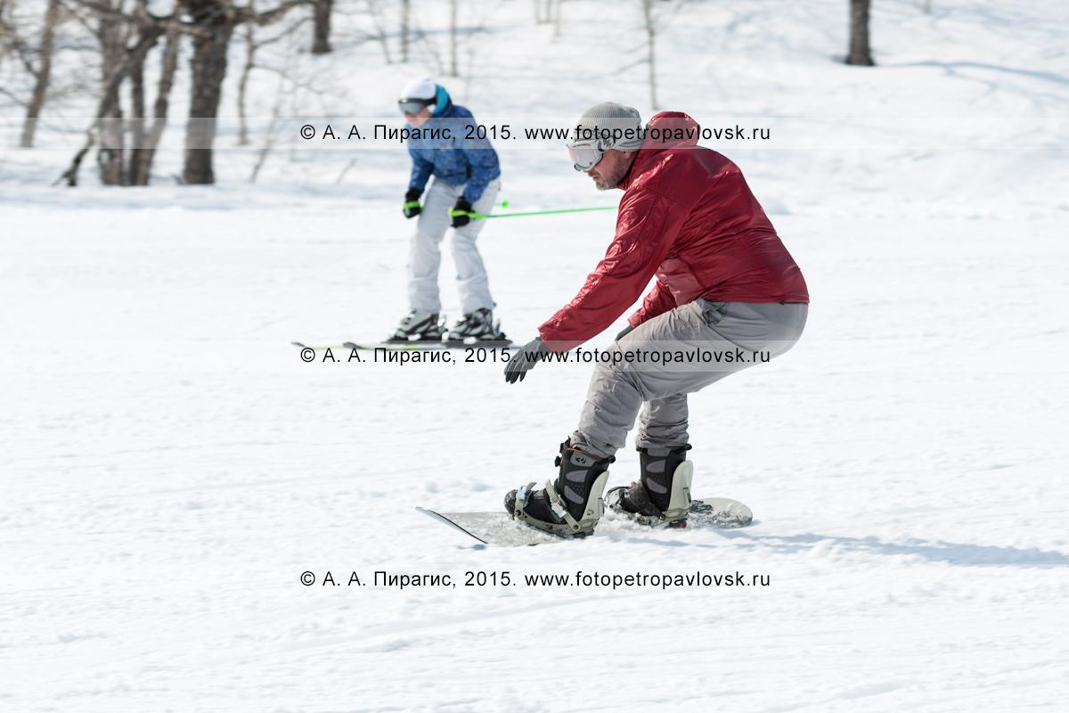 """Фотография: горнолыжная база """"Морозная"""" на Камчатке, сноубордист едет по склону горы Морозной. Камчатский край, Елизовский район, город Елизово"""