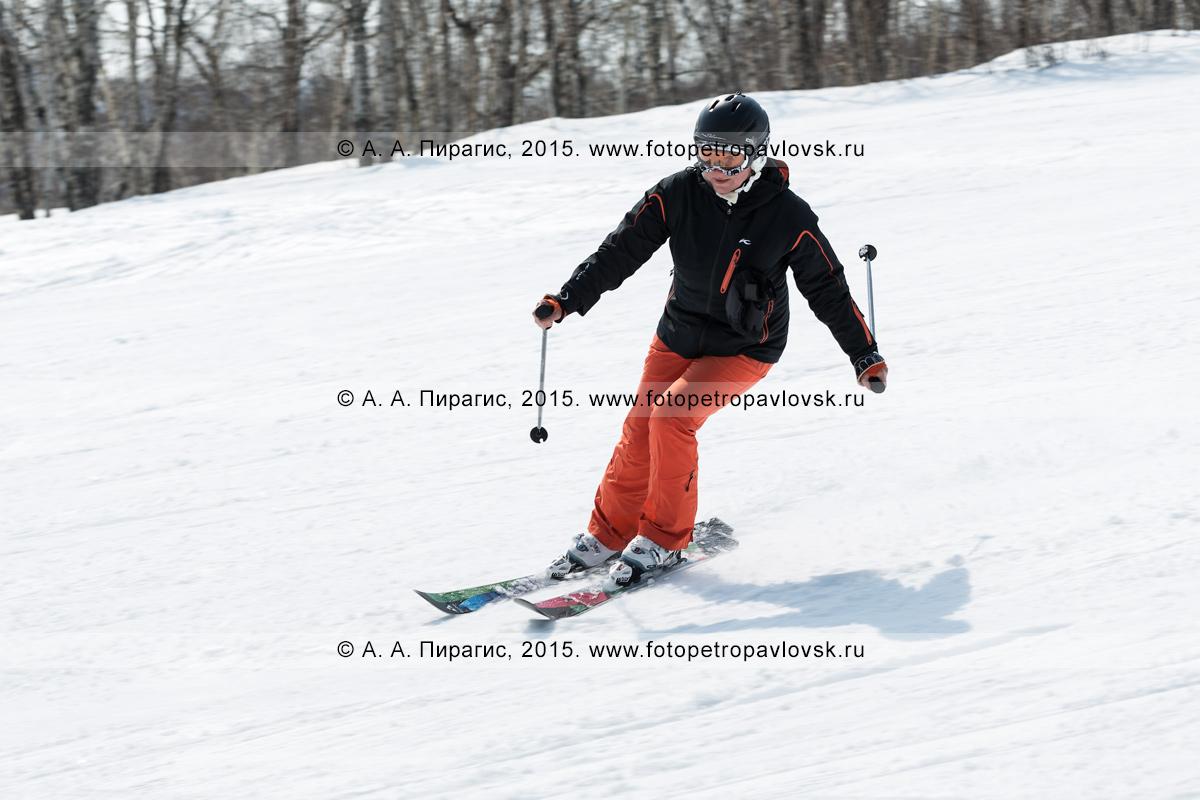 """Фотография: горнолыжная база """"Морозная"""" в Камчатском крае, горнолыжница едет на горных лыжах по склону горы Морозной. Камчатка, Елизовский район, город Елизово"""