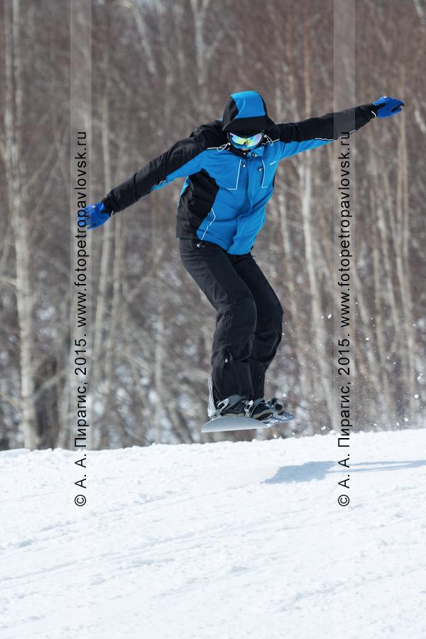 """Фотография: горнолыжная база """"Морозная"""", сноубордист спускается по склону горы Морозной на Камчатке. Город Елизово, Елизовский район, Камчатский край"""