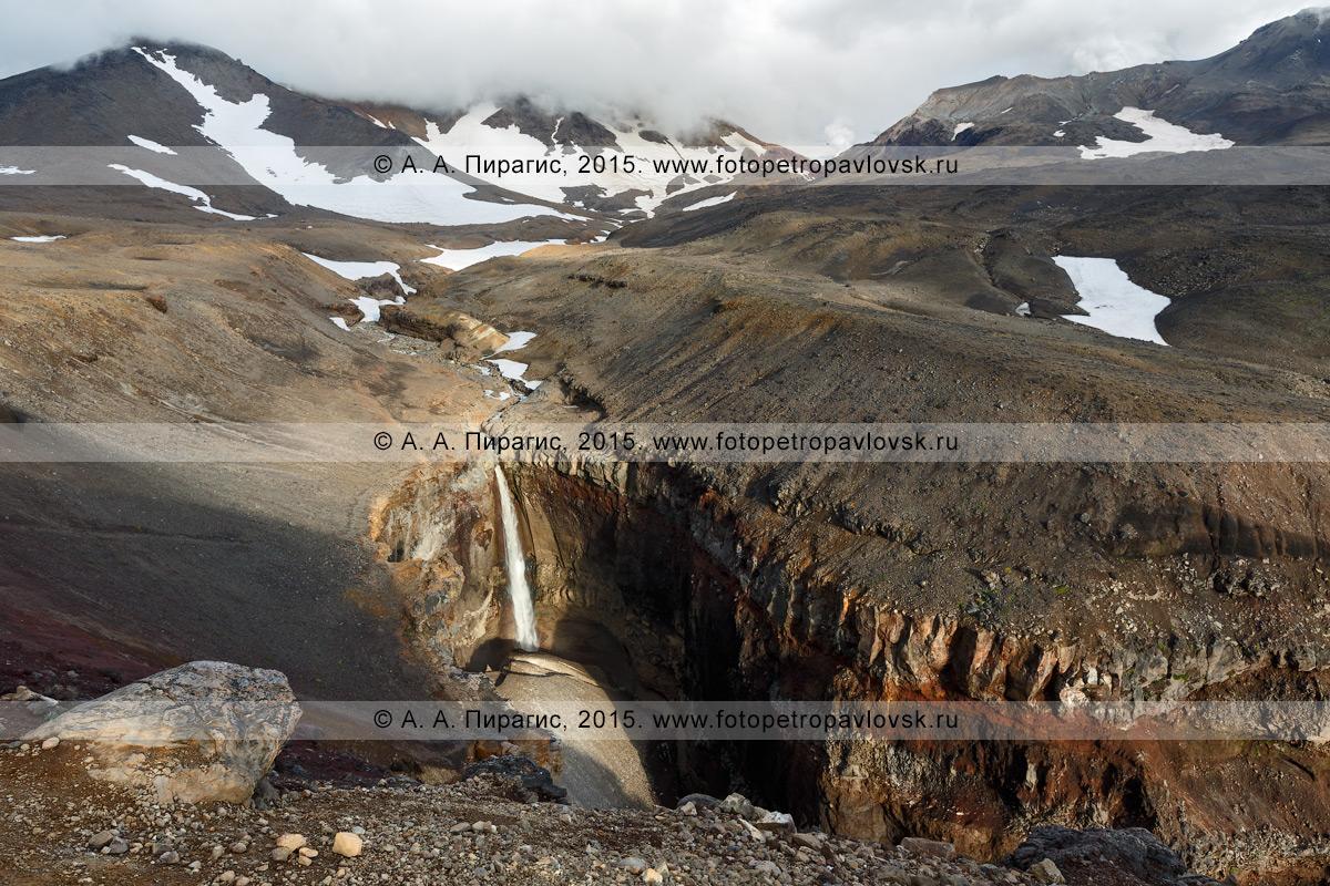 Фотография: красивый мощный 80-метровый водопад, каньон Опасный (овраг Опасный). Мутновский вулкан, Мутновско-Гореловская группа вулканов, Камчатка