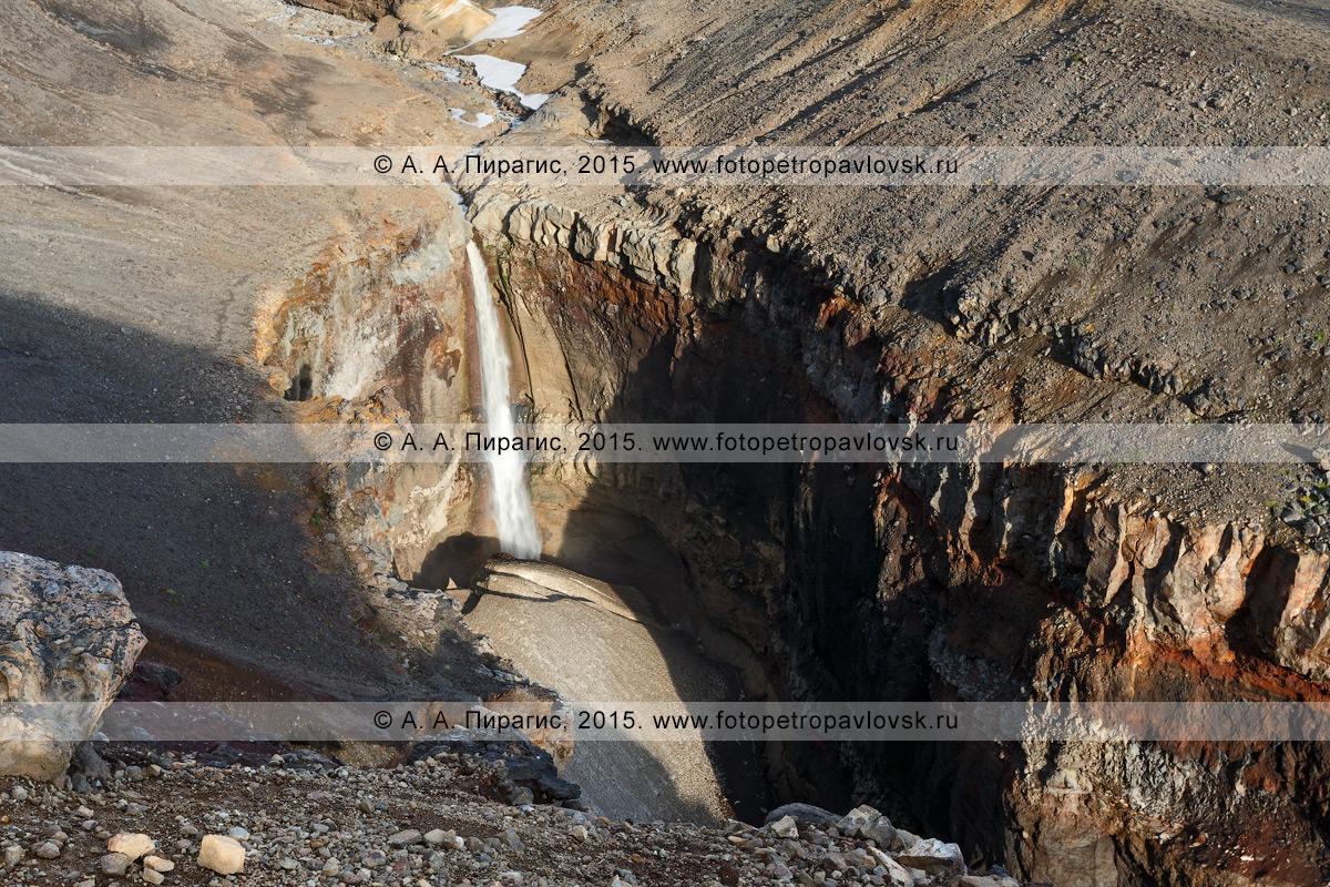 Фотография: вулкан Мутновская сопка (Mutnovskaya Sopka) каньон Опасный (овраг Опасный), красивый вид сверху на мощный 80-метровый водопад, низвергающийся с уступа лавового плато. Камчатский край