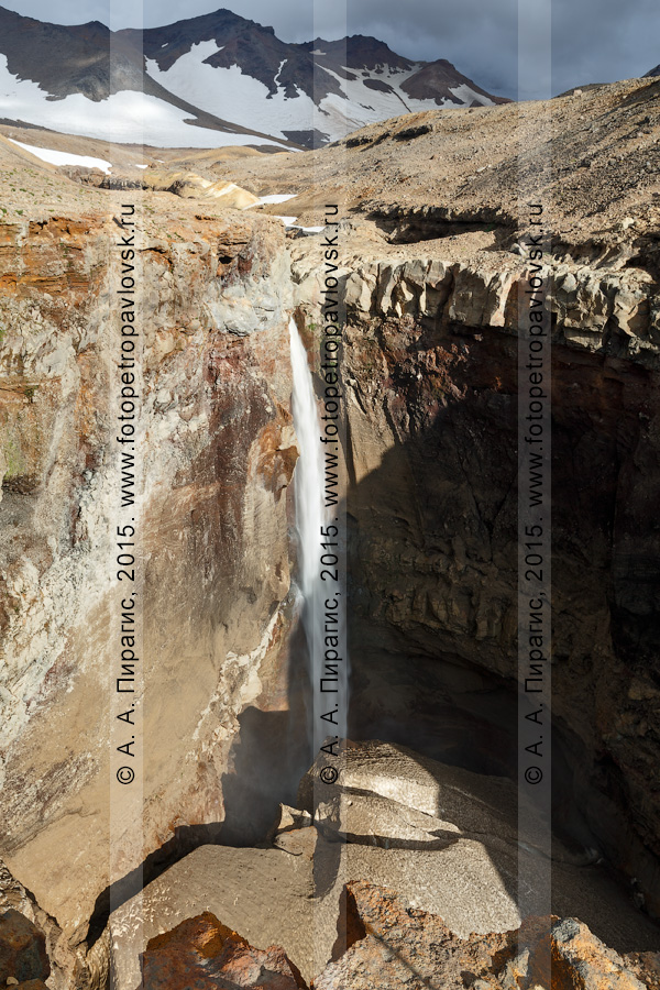 : каньон Опасный (овраг Опасный), Мутновский вулкан (Mutnovsky Volcano), живописный вид на мощный 80-метровый водопад, низвергающийся с уступа лавового плато. Полуостров Камчатка