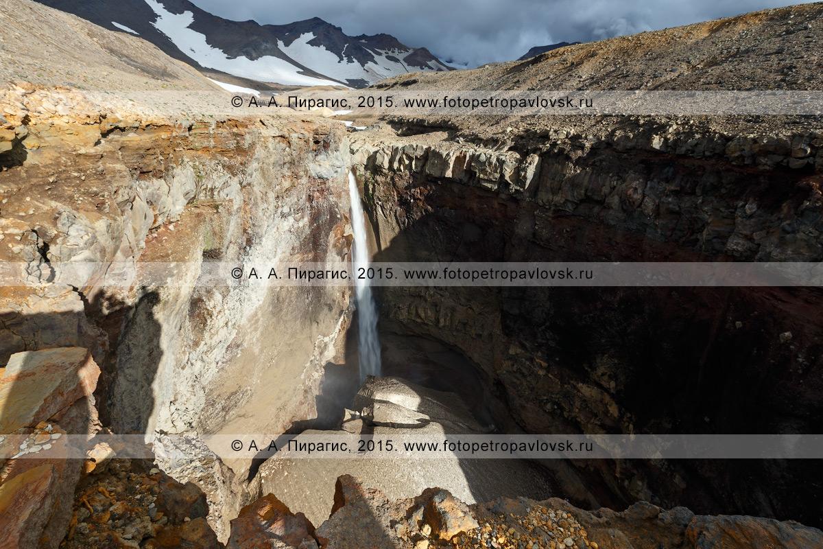 Фотография: камчатский пейзаж — вид на мощный 80-метровый водопад, низвергающийся с уступа лавового плато. Каньон Опасный (овраг Опасный), вулкан Мутновский (Mutnovsky Volcano), Камчатка
