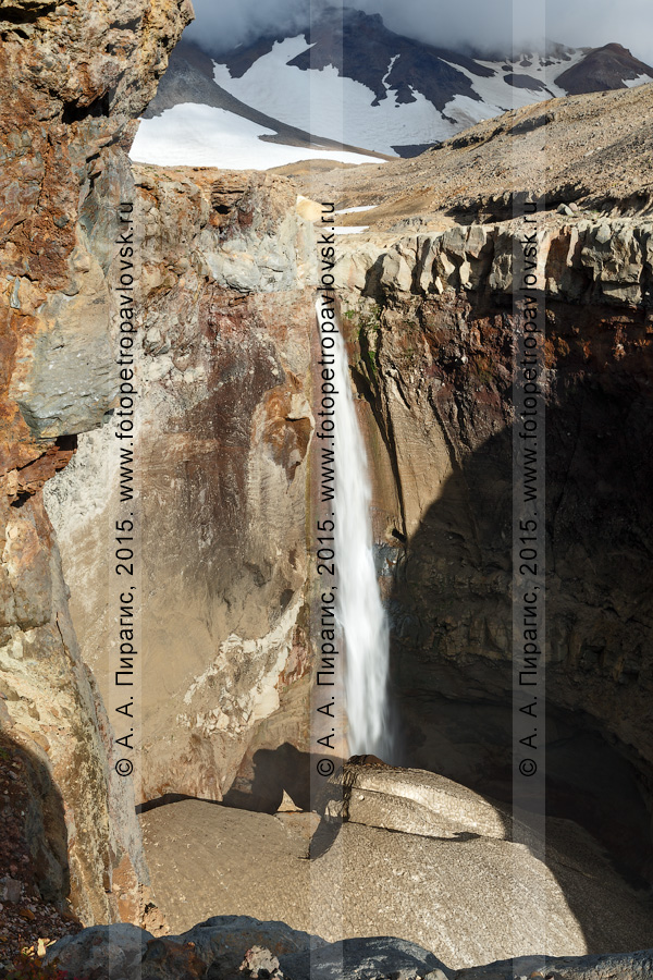 Фотография: красивый ландшафт полуострова Камчатка — каньон Опасный (овраг Опасный), Мутновский вулкан (Mutnovsky Volcano), мощный водопад высотой 80 метров