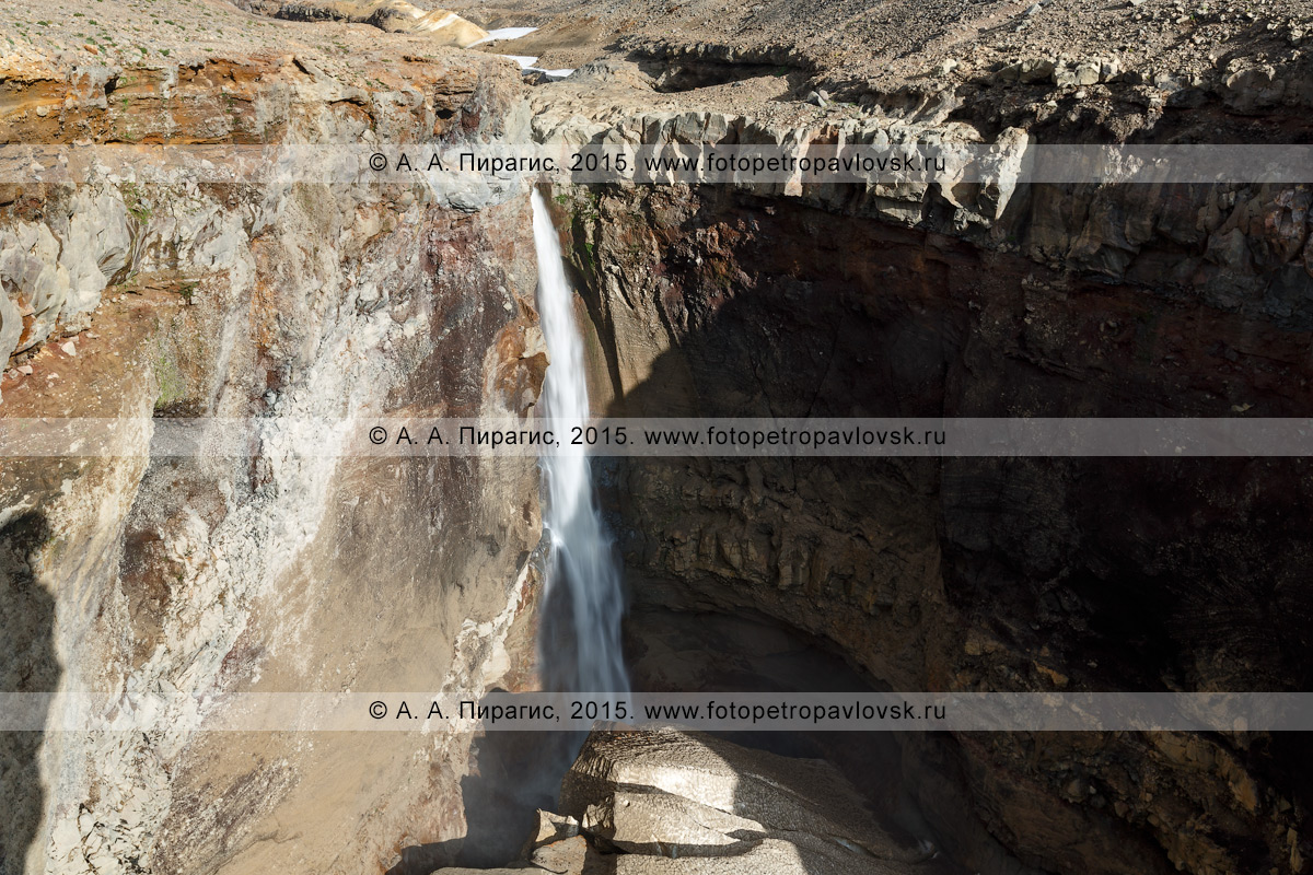 Фотография: живописный мощный водопад высотой 80 метров, низвергающийся с уступа лавового плато. Овраг Опасный (каньон Опасный), Мутновский вулкан, Камчатский край