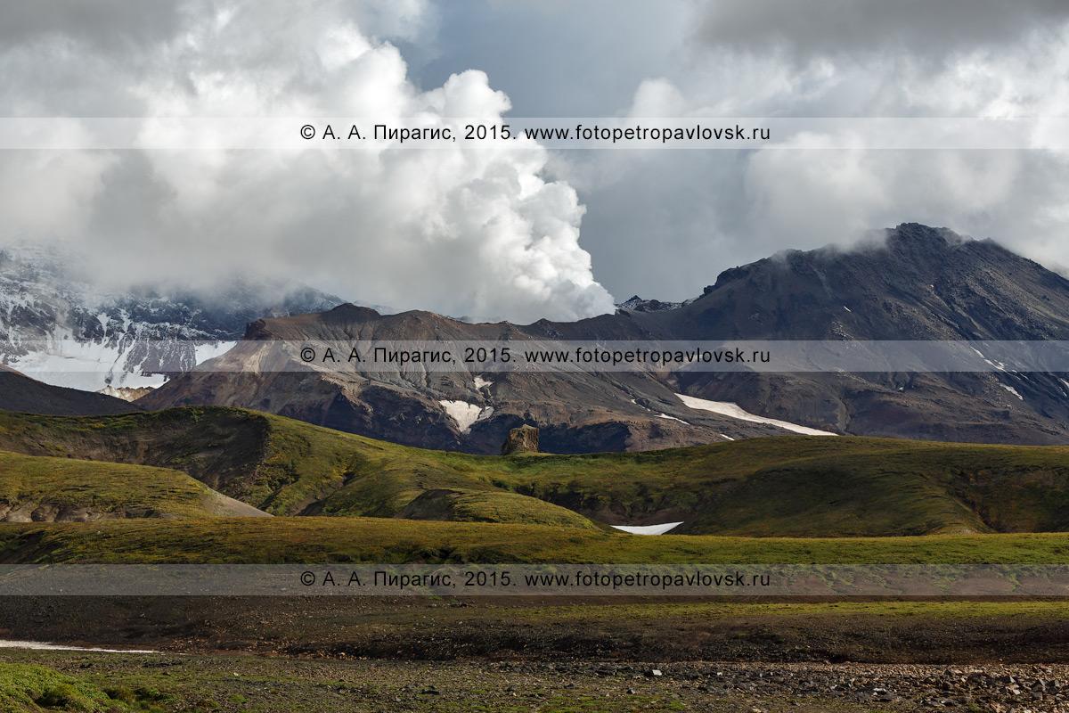 Фотография: действующий вулкан Мутновский (Mutnovsky Volcano) и один из его кратеров — Активная воронка. Полуостров Камчатка