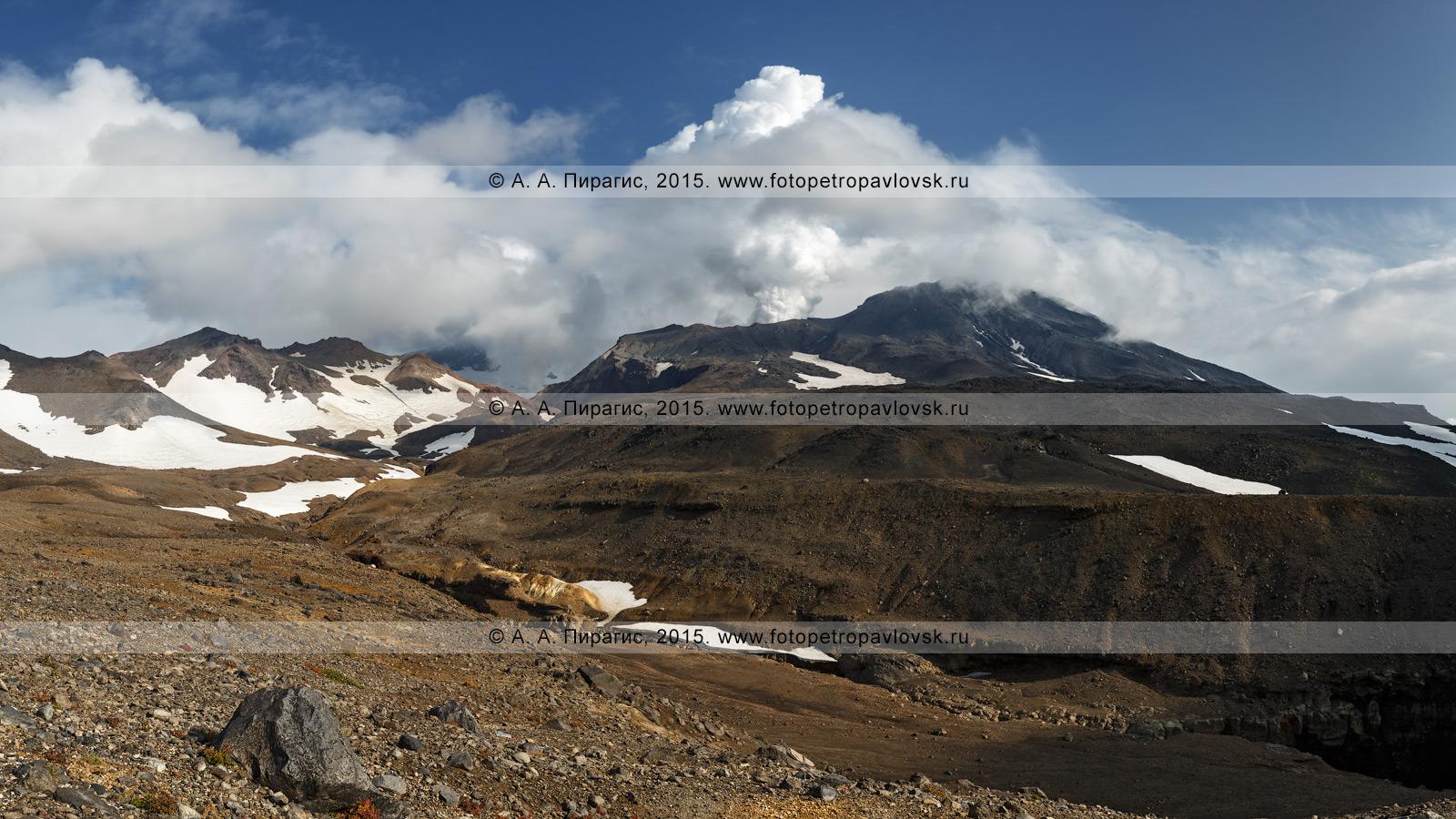 Фотография (панорама): камчатский пейзаж — живописный вид на действующий Мутновский вулкан (Mutnovsky Volcano). Полуостров Камчатка, Мутновско-Гореловская группа вулканов