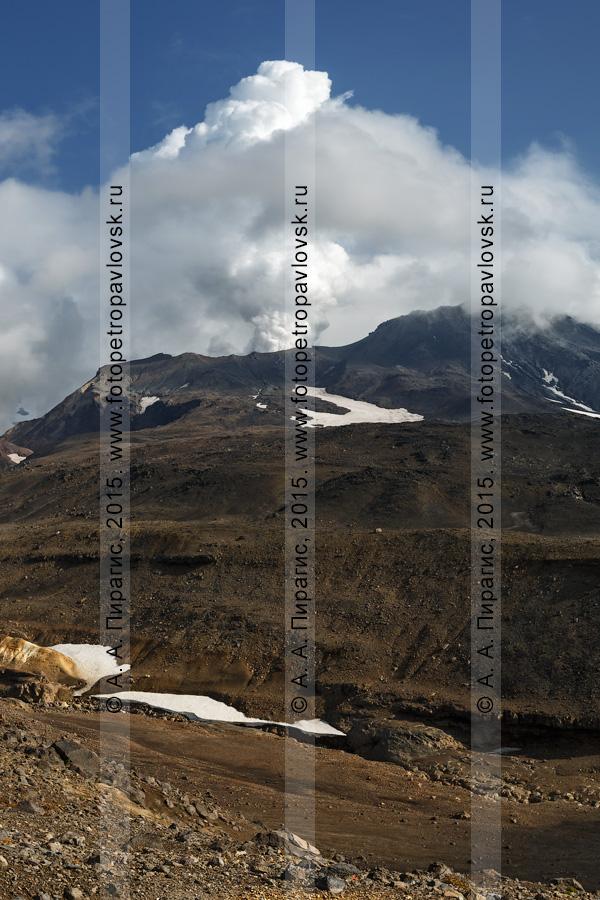 Фотография: действующий вулкан Мутновский (Mutnovsky Volcano), кратер Активная воронка и мощная фумарольная активность вулкана — вырывающиеся из кратера струи пара и газа