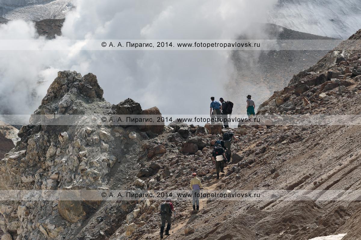 Фотография: пеший туризм в Камчатском крае — туристическая группа поднимается в кратер активного вулкана Мутновская сопка. Полуостров Камчатка, Мутновско-Гореловская группа вулканов