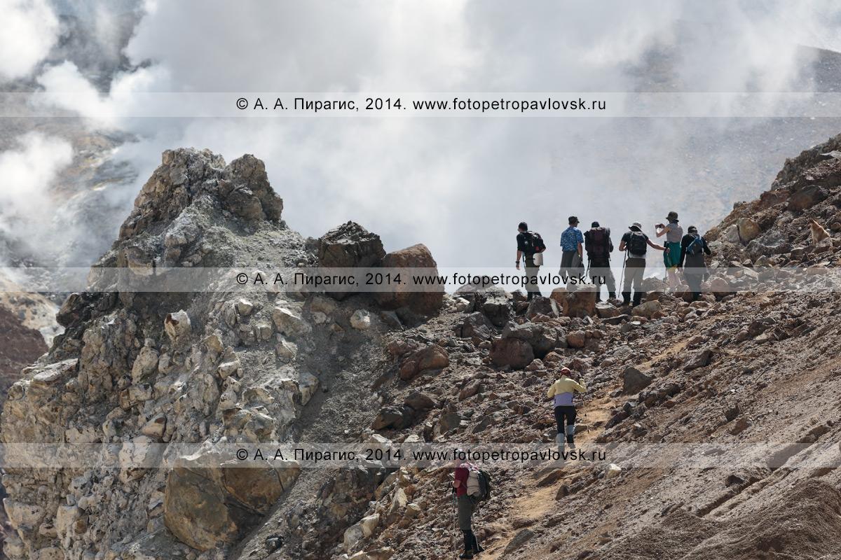 Фотография: пеший туризм в Камчатском крае — туристыическая группа в кратере действующего вулкана Мутновская сопка. Полуостров Камчатка, Мутновско-Гореловская группа вулканов