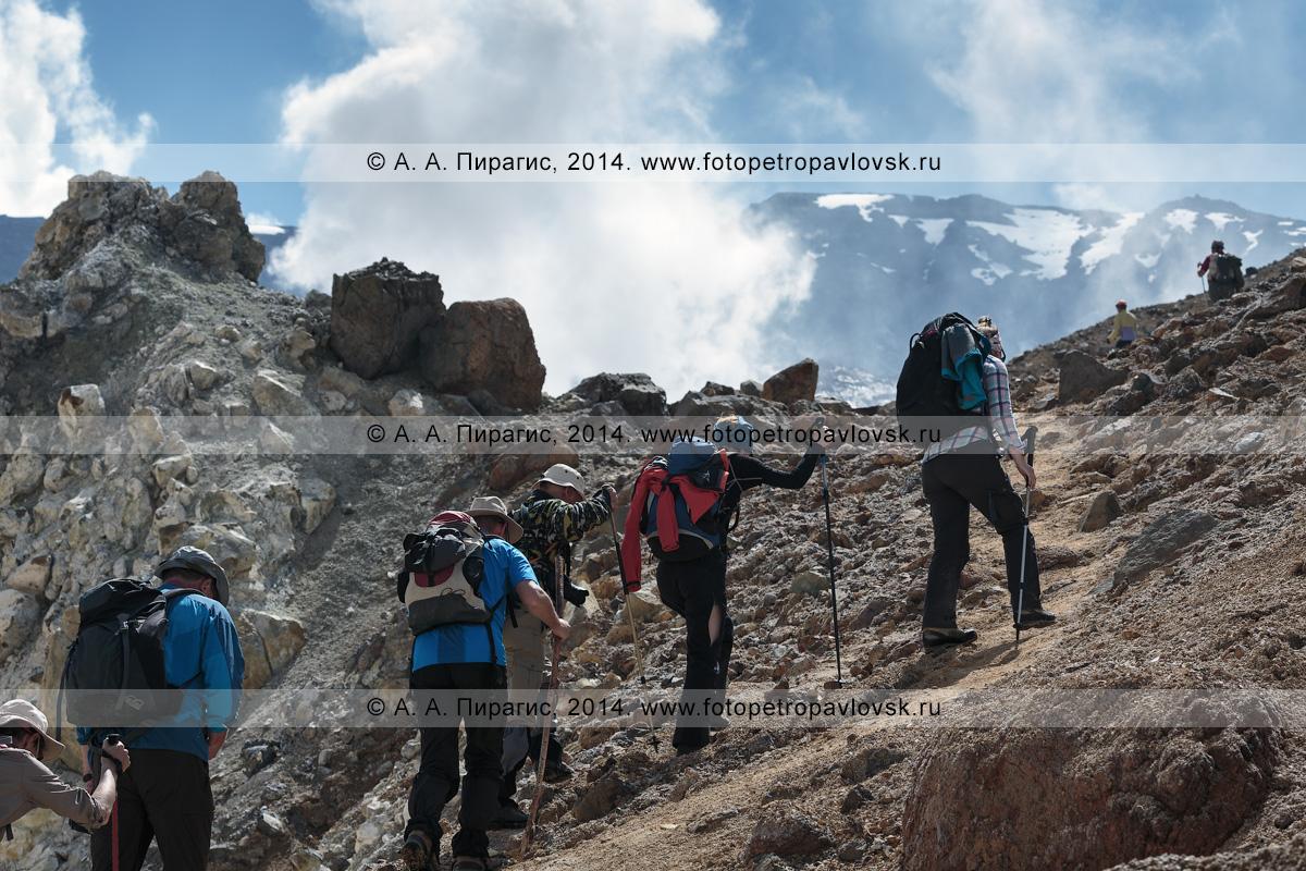 Фотография: пеший туризм на Камчатке — туристы и путешественники поднимаются в кратер действующего вулкана Мутновская сопка. Камчатский край, Мутновско-Гореловская группа вулканов