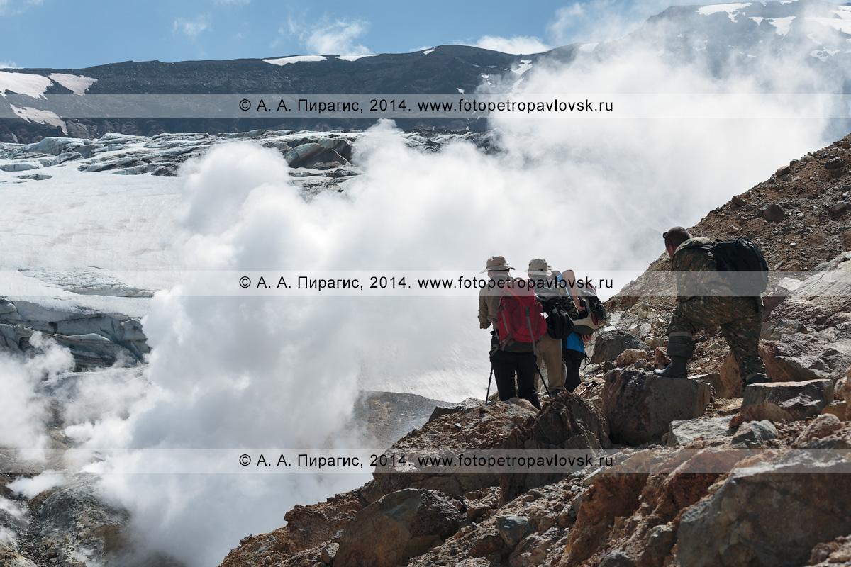 Фотография: туризм на Камчатке, туристы и путешественники наблюдают за работой мощных фумарол в кратере действующего Мутновского вулкана. Камчатский край, Мутновско-Гореловская группа вулканов