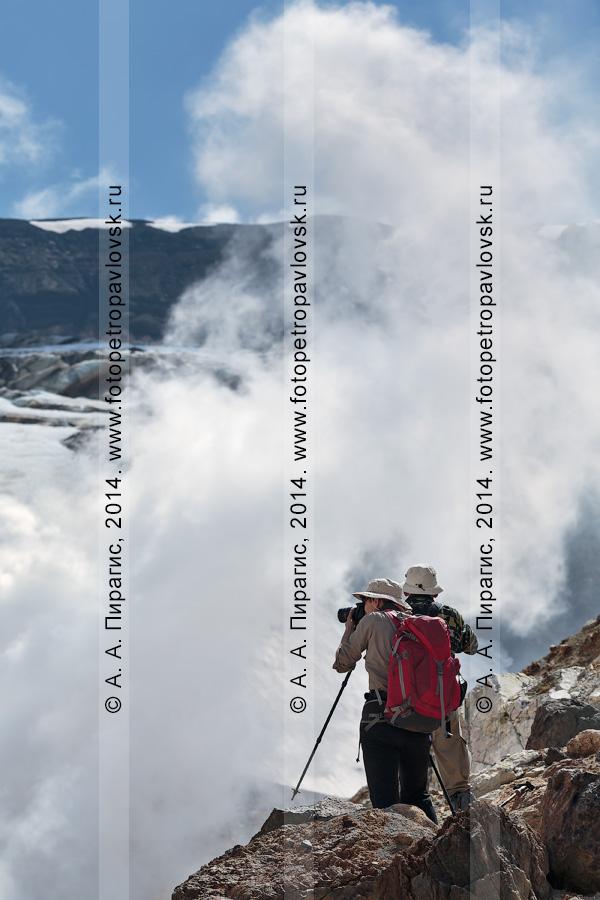Фотография: туристы и путешественники фотографируют в кратере действующего вулкана Мутновская сопка. Полуостров Камчатка, Мутновско-Гореловская группа вулканов