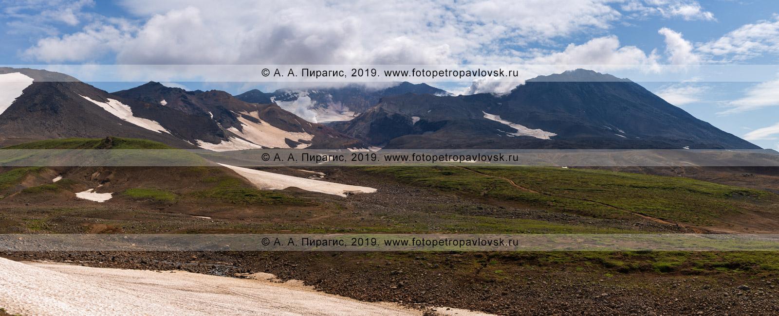 Панорамная фотография: камчатский вулканический пейзаж — красивый осенний вид на действующий Мутновский вулкан (Mutnovsky Volcano)