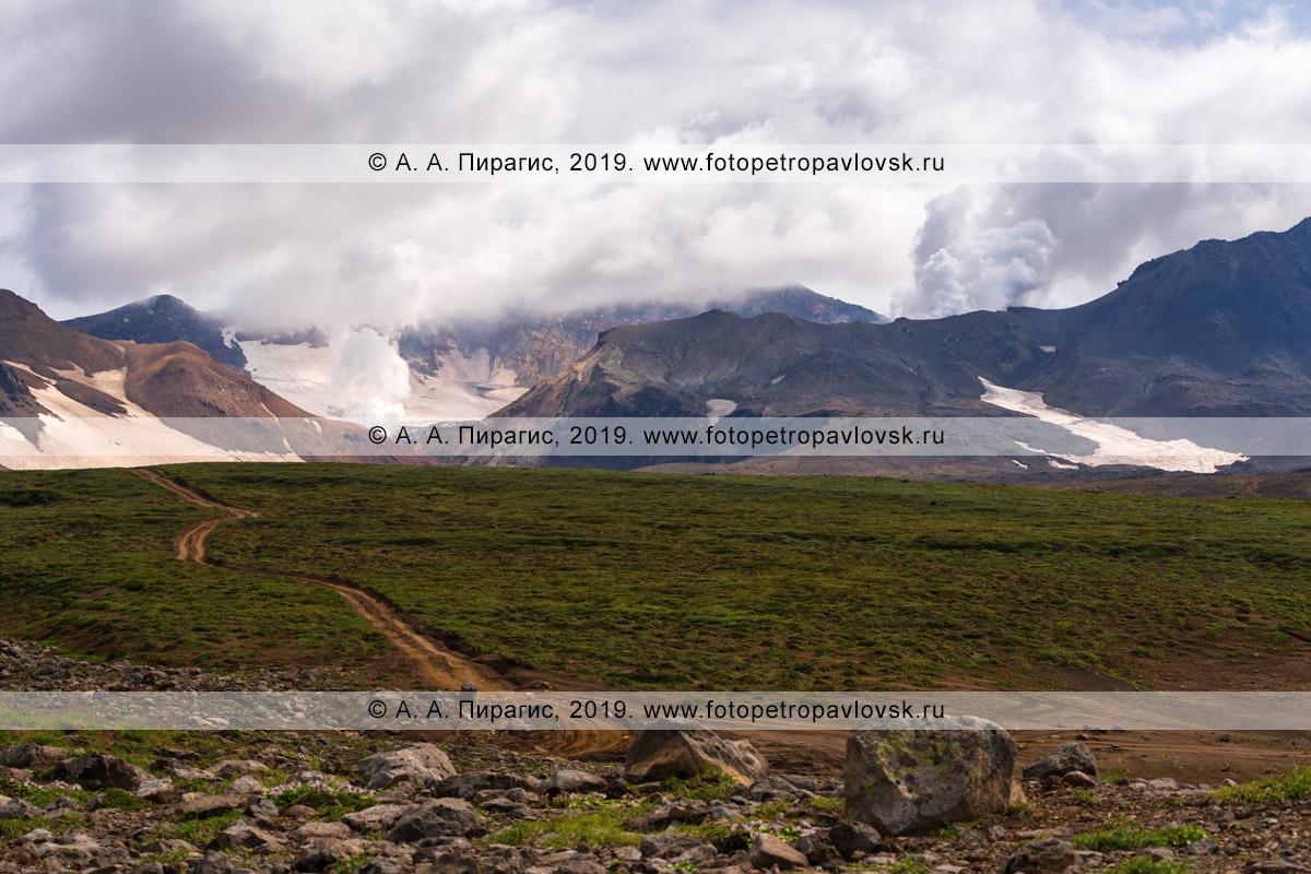 Фотография: дорога, ведущая к действующему вулкану Мутновская сопка на полуострове Камчатка