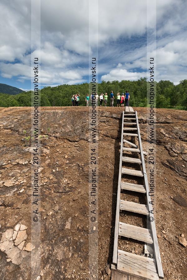 Группа туристов на вершине купола травертинового щита Котел (термальная площадка Котел). Камчатка, Налычево