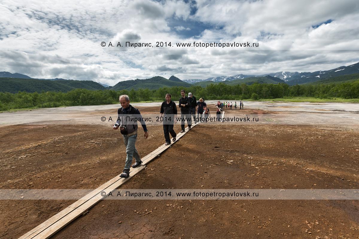 Туристическая группа на экскурсии по травертиновому щиту Котел (термальная площадка Котел) в Налычевском природном парке на полуострове Камчатка