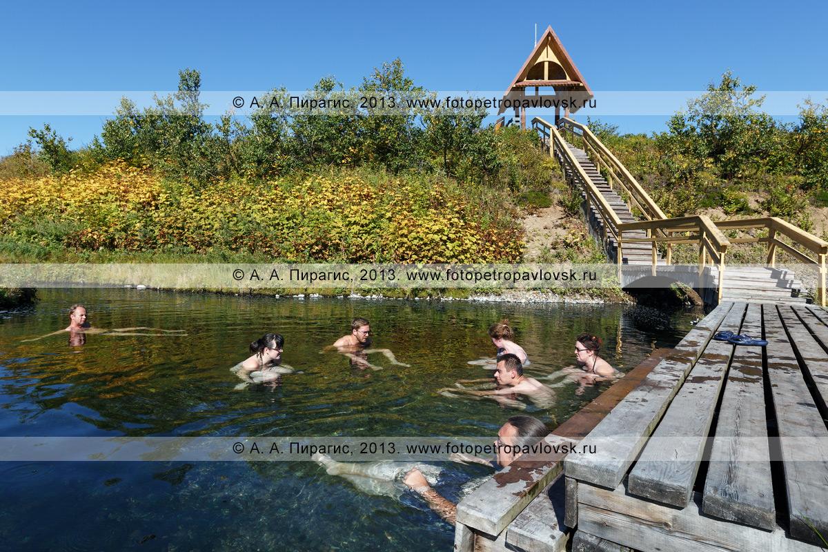 """Фотография: туристы и путешественники релаксируют в целебных водах """"Третьей лужи"""" Горячереченских термальных источников в природном парке Налычево на полуострове Камчатка"""