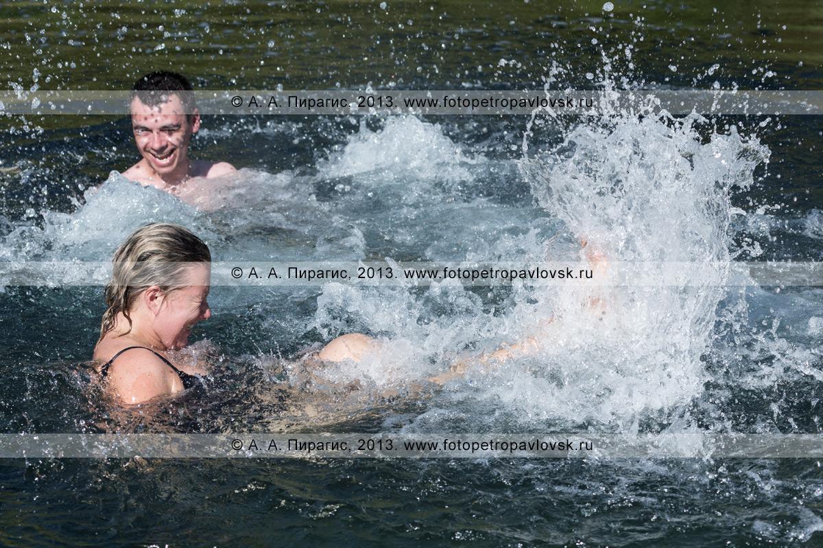 """Фотография: радостные туристы плещутся в целебных водах """"Третьей лужи"""" Горячереченских термальных источников в Налычевском природном парке в Камчатском крае"""