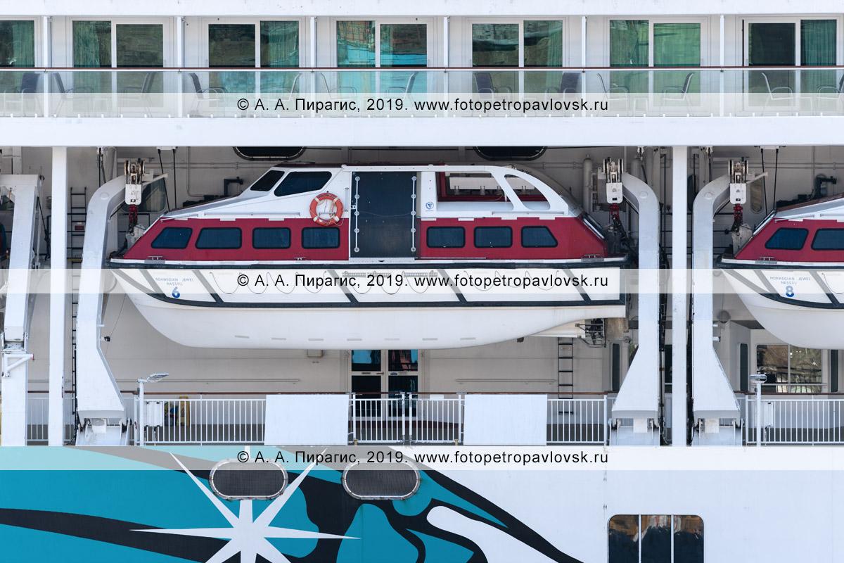 Фотография: одна из многочисленных спасательных шлюпок, размещенных на борту круизного лайнера Norwegian Jewel