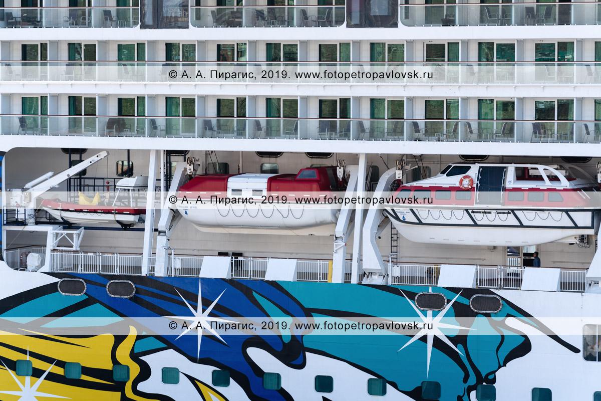 Фотография: экстерьер, вид на палубы круизного лайнера Norwegian Jewel со спасательными шлюпками на борту круизного судна