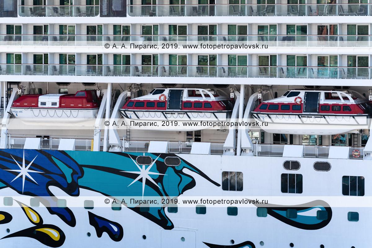 Фотография: экстерьер, вид на палубы круизного судна Norwegian Jewel со спасательными шлюпками на борту круизного лайнера