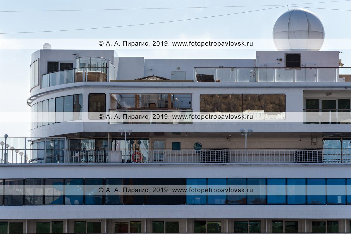 Фотография: экстерьер круизного лайнера Norwegian Jewel, вид на верхние палубы круизного судна